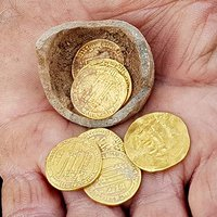 Israeli Archaeologists Unearth Potter's 'Piggy Bank' Filled With 1,200-Year-Old Gold Coins